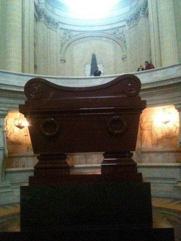 Le tombeaux de Napoléon Ier décédé en 1821 à l'Île Sainte-Hélène, y fut inhumé le 15 décem bre 1840