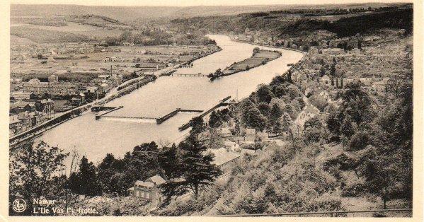 """Namur - Panorama sur l'île Vas-t'y-Frotte et le barrage-écluse de La Plante. &  """"Le tir aux pigeons """", installé sur l'île  (1899) asbl APN."""