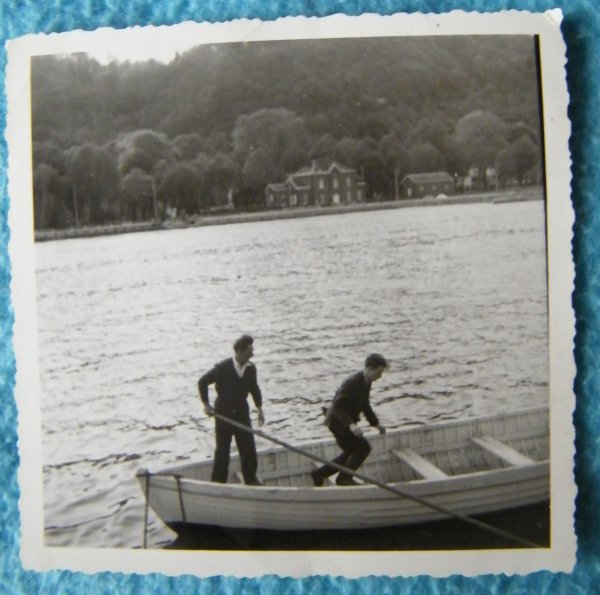 Jambes ( à l'amont du barrage de La Plante) - Le canot qui a transporté jusqu'au Mercator la dépouille mortelle du père Damien ...