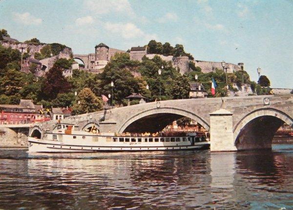 Namur -  Le bateau-touristes sous le pont de Jambes