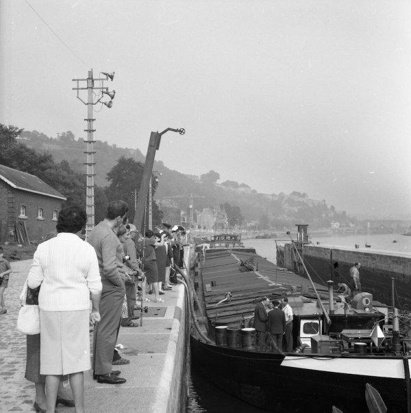 NAMUR - La batellerie en 1960 - Le BRAZZAVILLE est victime d'une voie d'eau, à la proue, dans le sas de l'écluse de La Plante. (Emile Pierre - APN)