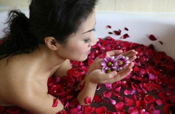« Les femmes sont comme les roses, Elles se laissent désirer. »