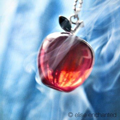 La pomme de Blanche neige ou la pomme d'Eve peu importe. Les deux sont empoisonnées.