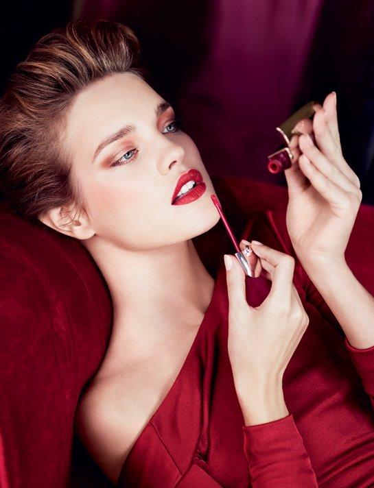 Des beautés pharaoniques aux pin up des années 1950, le rouge à lèvres a toujours exalté la générosité des bouches féminines.