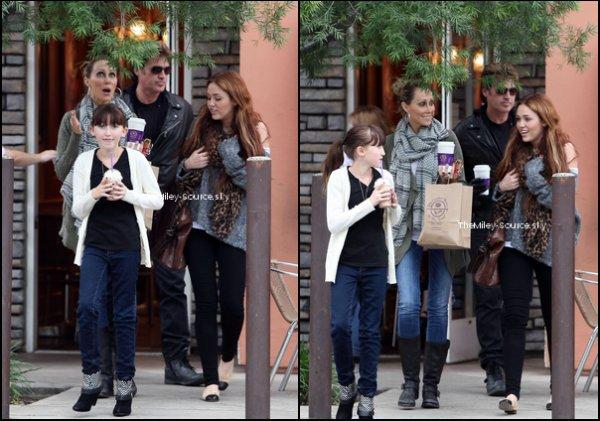 """.27/03/2011 Miley allant chercher un café au Cofee Bean à Toluka Lake, avec ses parents et sa soeur Noah. La famille est réunie de nouveau !. TOP OU FLOP ?29/03/2011 M.Cyrus, toute souriante et toujours avec son écharpe léopard, est allée s'acheter une glace avec son frère Braisonchez Cold Stone à Toluka Lake..INTERVIEWS :> Interview par téléphone à la station de radio australienne 2Day FM dans l'émission « Kyle and Jackie O Show » (Miley nous laisse le doute sur un éventuel nouveau petit ami)> Interview pour un site australien """"Adelaide Now"""".(Miley nous parle de sa vie d'artiste entre autre)> Interview pour un site australien """"Herald Sun""""(Miley nous parle de sa première tournée en Australie)> Interviews pour des radios australiennes (résumé de la préparation de la tournée de Miley)."""