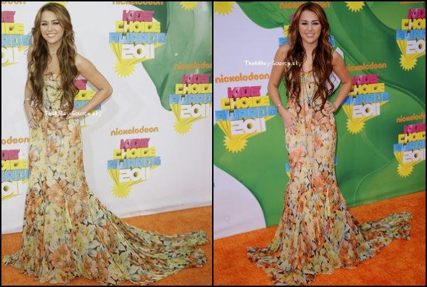 """.02/03/2011 Miley était magnifique au KID'S CHOICE AWARD ! Elle y a remporté le prix de la """"Meilleure actrice de film"""", mais n'a malheuresement pas gagné dans les catégories """"Meilleure actrice télé"""" et """"Meilleure chanteuse"""".Vous la trouvez comment ? Vidéo de Miley remportant l'award....Vidéo de l'interview de Miley sur le tapis Orange...Vidéo de l'interview de Miley pour LA Times.Le Premier Still de So Undercover ICI+ Juste après les KCA, Miley a enregistré une vidéo et l'a posté sur MileyWorld."""