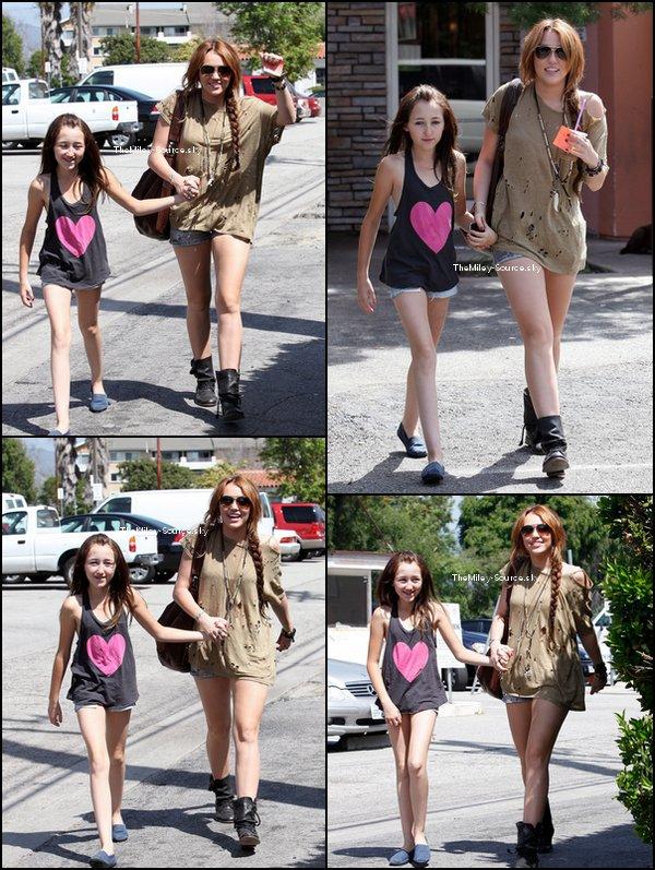 .05/04/2011 Miley et sa soeur Noah sont allées chez Coffee Bean (dont vous pouvez voir des photos perso dans l'e précédent article.)à Toluka Lake.+ Une vidéo promo de la tournée australienne de M.Cyrus ici.Chris Hemsworth, le frère de Liam a confirmé que lui et Miley sont de nouveau en couple !.