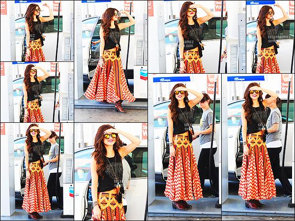 - 18/06/13 : Selena Gomez se rendait à l'institut de beauté « Nine Zero One » dans le quartier d'Hollywood, à LA.   Un peu après avoir été photographiée en quittant le salon de coiffure, Sel Gomez a été repérée dans une station service pour faire le plein d'essence. -