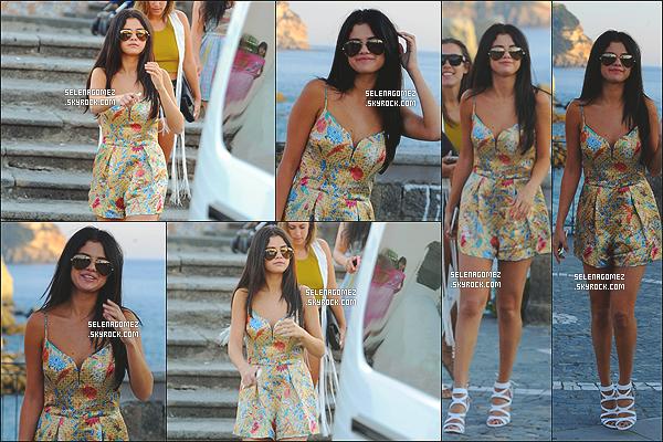# 19/07/14 - La Gomez a été photographiée visitant une église toujours à Ischia, en Italie #