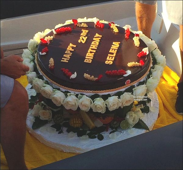 22/07/14 - Miss Gomez faisant du parachute ascensionnel à Saint-Tropez en France + photo de son gâteau d'anniversaire   #