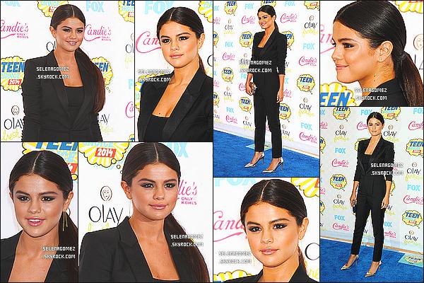 """11/08/14 :Selena s'est rendue comme chaque année aux Teen Choice Awards à Los Angeles, Californie. Lors de la soirée, Selena a remporté deux prix, """"Female Hottie"""" et """"Ultimate Choice"""". J'aime sa tenue et sa coiffure c'est simple mais élégant."""