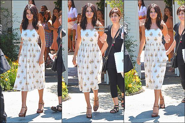 10/08/14 :Selena Gomez été aperçue quittant une fête privée dans les rues de Brentwood, Californie. J'aime particulièrement sa tenue, qui est simple mais très jolie. Ainsi que sa coiffure, sans ses extensions qu'elle a remis le lendemain. Un top.