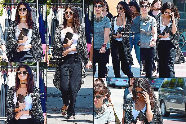 21/08/14 :Selena a été photographiée quittant un restaurant avec des amis dans West Hollywood, CA. Lors de cette journée, elle n'a toujours pas remis ses extensions, ce qui lui va mieux et porte une tenue simple mais qui lui va à ravir! Un Top.