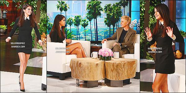 12/10/14 : Selena était invitée sur le plateau de l'émission « The Ellen DeGeneres Show » à - Los Angeles. Dans cette émission, elle nous parle de sa nouvelle vie et ses projets. Selena apparaît vraiment souriante avec une tenue magnifique.