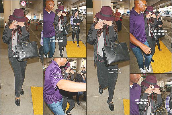 14/10/14 : Selena Gomez a été aperçue, essayant de se cacher, à l'aéroport de « LAX  » situé à - Los Angeles. Apparemment, Ashley Cook une amie de Selena vivrait désormais avec cette dernière dans le quartier de Calabasas à Los Angeles..