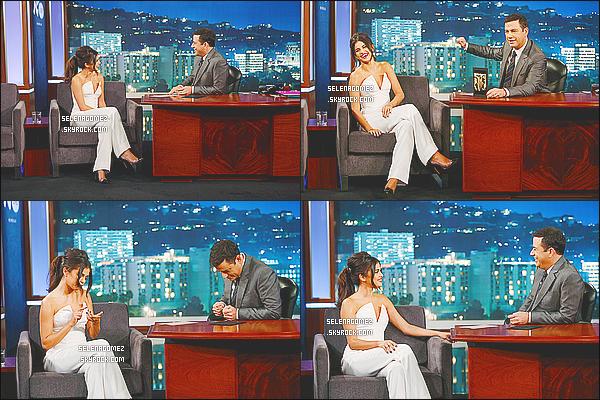 15/10/14 : Selena G. a été photographiée  se rendant sur le plateau du «  Jimmy Kimmel Live »  à - Los Angeles. La belle enchaîne les émissions et les projets professionnels avec un emploi du temps qui s'annonce chargé. C'est un top pour la tenue.