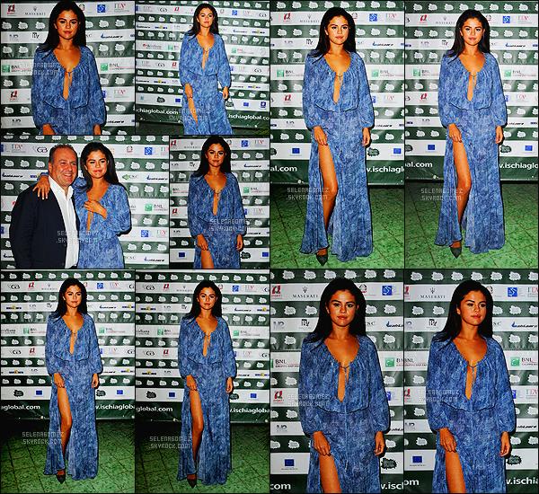- 16/07/14 : Selena Gomez était présente lors du « Ischia Global Film & Music Festival » se déroulant en Italie.    Présente en Italie pour promouvoir dans des festivals le film Rudderless, la belle brune défile avec ses plus belles tenues mais je n'aime pas celle-ci. -