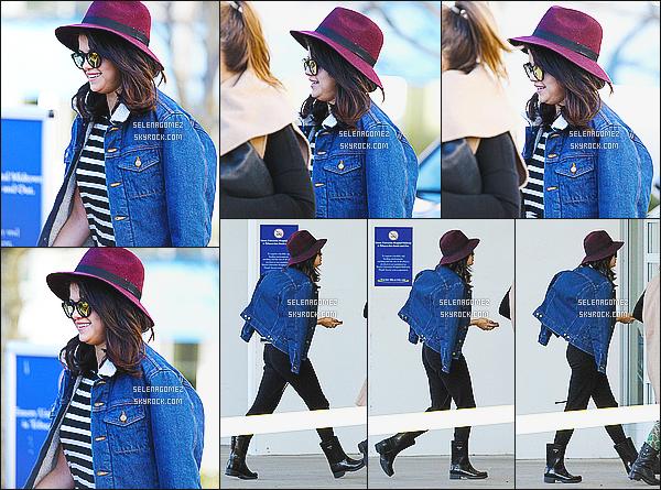 19/01/15 : Selena.Gaperçue sur le tournage de son prochain film «The Revised Fundamentals»à Atlanta. Début du tournage pour la miss, elle entame son deuxième jour sur le set. Je la trouve vraiment sublime et souriante. Côté tenue : Top.