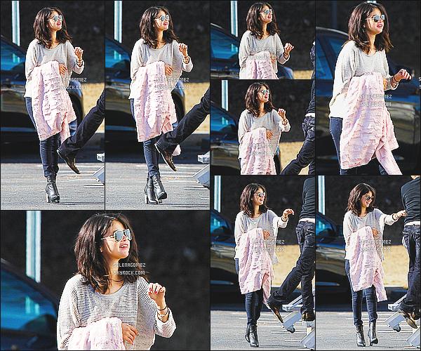 21/01/15 : Selena Gomez aperçue une fois de plus sur le set de«The Revised Fundamentals»en Georgie. Alors qu'elle regagnait sa loge, miss Gomez très souriante passe son troisième jour sur le tournage du film. Côté tenue j'accorde un top.