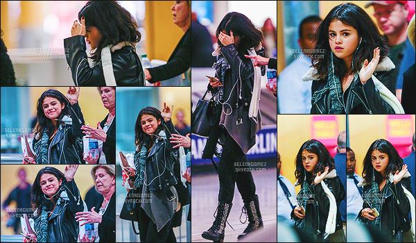 . 09/02/15 : Quelque peu souriante, Selena G. a été aperçue par les paparazzis à l'aéroport de la ville d'Atlanta. Le tournage de « The Revised Fundamentals of Caregiving » serait-il désormais terminé ? Affaire à suivre. Petit top pour la tenue, avis ? .