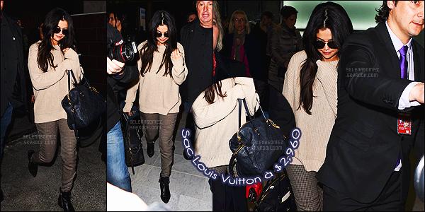 - 10/03/15 : Après un long vol notre belle américaine arrivait sur le sol français, dans la ville de Paris en France.   En cours de vol, Selena a de nouveau changé de tenue. Quoique toujours très simple, la tenue est plutôt jolie. Je lui accorde encore un top. Avis ?! -