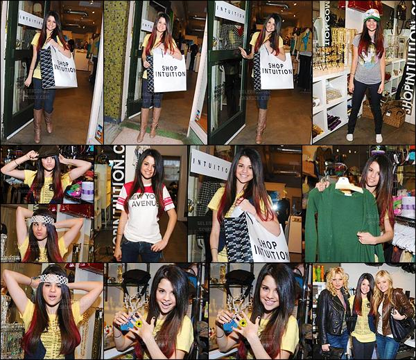 07/01/08 - Selena G. a été vue alors qu'elle faisait du shopping au « Intuition » se trouvant à  Los Angeles ! On croirait presque à un photoshoot ! La Gomez a quelques mèches rouges dans ses cheveux... Tu en penses quoi ? Tu aimes ou pas du tout ? [/alig fen]