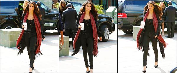 05/04/13 - Selly Gomez a été photographiée café à la main, se promenant - dans les rues de Los Angeles !Selena est toute souriante sur les photos et j'aime beaucoup sa tenue ! Pour moi - c'est donc un joli top' de la part de la Gomez. Vous aimez ?! [/alig fen]