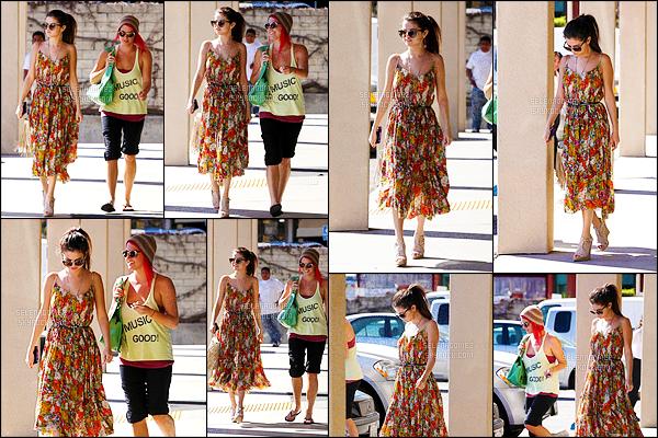 28/02/13 - Miss Gomez a été photographiée dans les rues de Encino, un quartier se trouvant à Los Angeles. Le beau temps étant en rendez-vous, Selly Gomez a ressorti ses lunettes de soleil et s'est vêtue d'une longue robe colorée. C'est donc un top ! [/alig fen]