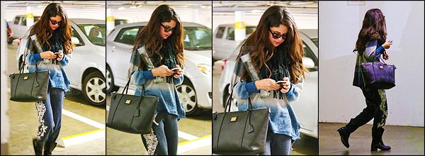 14/01/13 - Selena G. a été photographiée se rendant dans un immeuble qui se situe dans West Hollywood !Très peu de photos disponibles pour cette petite sortie ! On ne voit pas bien la tenue qu'elle porte, mais ça a l'air pas mal - j'aime trop son sac. [/alig fen]
