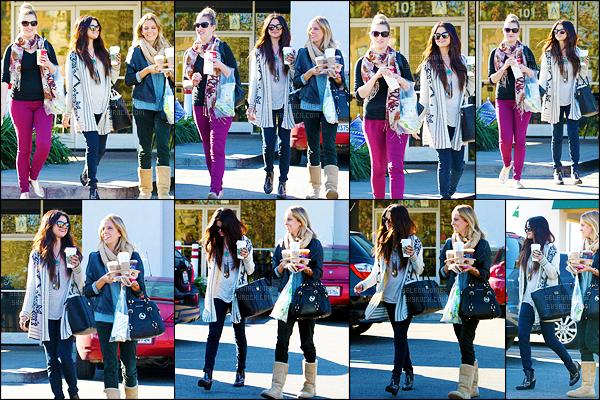 16/01/13 - Selena G. a fait une petite pause café avec quelques amies - dans la ville de Burbank (dans LA). La Gomez est vraiment toute souriante sur ces clichés - ça fait plaisir ! Je trouve sa tenue plutôt jolie j'aime beaucoup. Et toi, tu aimes bien ?!' [/alig fen]