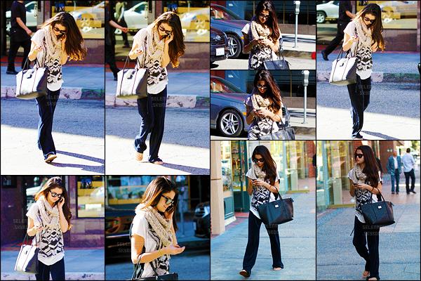 22/01/13 - Selly G. a été photographiée se promenant dans les rues de Beverly Hills soit dans Los Angeles !C'est une Sel toute souriante et dans une tenue assez décontractée, que l'on retrouve ! Je n'aime pas trop le bas de sa tenue - un petit bof.  [/alig fen]