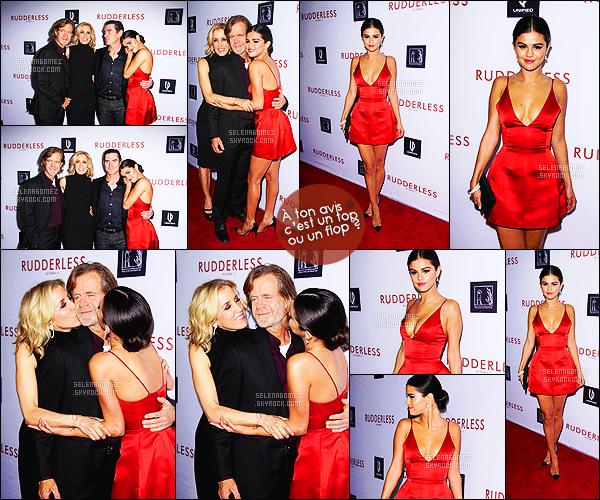 - 07/10/14 : Selena Gomez et le casting du film étaient à l'avant-première de « Rudderless » à Los Angeles, CA.    C'est dans une micro-robe à la couleur rouge (tirant sur le orange) que notre actrice a posé fièrement sur la tapis rouge avec ses co-stars. Tu aimes ?! -