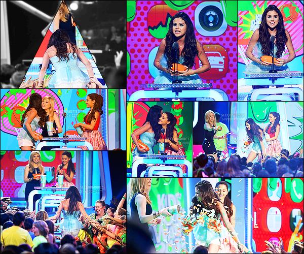 - 23/03/13 : La belle Selena Gomez posait sur le tapis mauve des « Kids Choice Awards 2013 » à Los Angeles.   Nominée pour son rôle dans la série « The Wizard of Waverly Place » lors de la cérémonie, son prix lui a été remit pas les actrices de « Sam&Cat » ! -