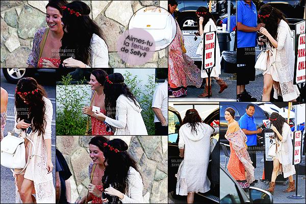 - 14/06/13 : Selena Gomez quittait le restaurant de sushi « Kabuki » avec sa bonne amie Charity à Tarzana, CA.   Selly est une habituée des lieux, fréquentant très souvent ce restaurant de Los Angeles. Je suis une grande fan de son style cette journée-là. Avis ?! -