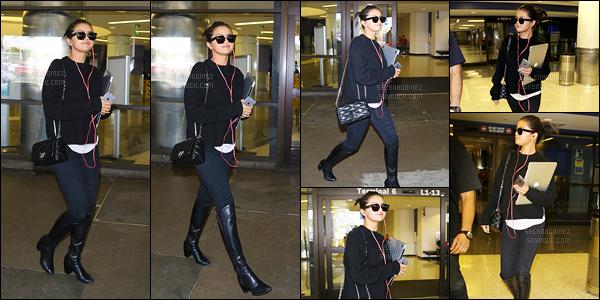 05/05/15 - De retour, Selena G. a été repérée en train d'arriver à l'aéroport LAX, qui se situe à Los Angeles.Après avoir brillé sur le tapis rouge du MET Gala, Selly est ainsi de retour à LA. Pour sa tenue, je lui accorde un petit top ! Vous aimez bien ?! [/alig fen]