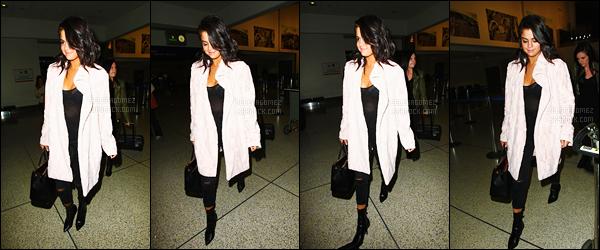 11/05/15 - Gomez a été photographiée alors qu'elle arrivait à l'aéroport « LAX » qui se situe à Los Angeles. Elle a gardé la même tenue qu'elle portait lors du tournage de The Big Short, un peu plus tôt. Découvrez aussi les dernières photos Instagram ! [/alig fen]