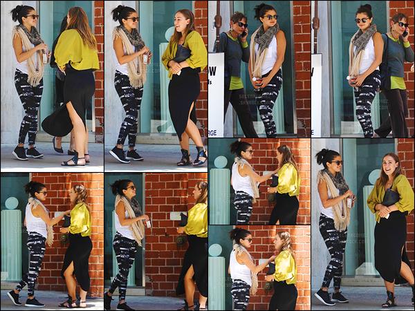 28/05/15 - Selly' Gomez a été aperçue sortant du restaurant « Mr. Chow » avec une copine - à Beverly Hills. Après quelques temps sans nouvelles de la jeune starlette, on la retrouve avec un grand sourire aux lèvres. Est-ce un top ou un flop selon toi ?! [/alig fen]