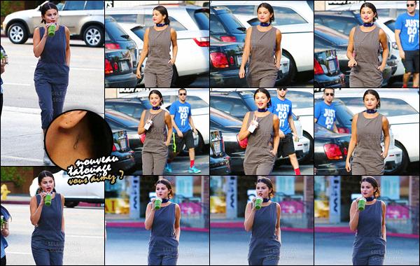 04/06/15 - Selena G. a été vue dans un bar à jus de fruits « Jamba Juice », dans le quartier Woodland Hills. Sur les clichés la belle paraît de bonne humeur puisqu'elle nous affiche un très beau sourire ! Ca fait plaisir de la voir aussi resplendissante, top ? [/alig fen]