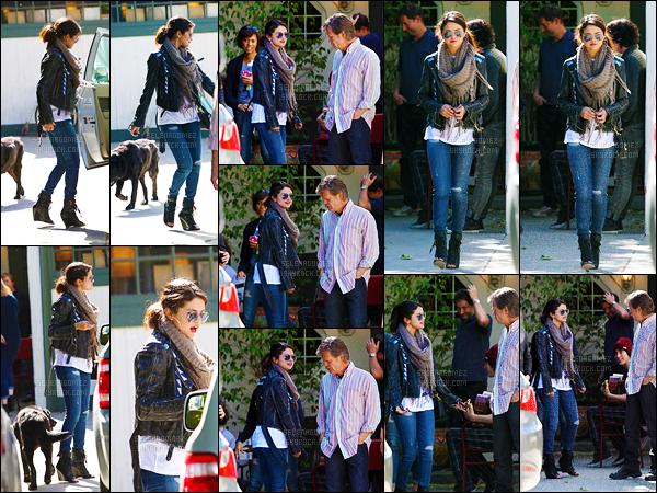 08/04/13 - Sel' s'est rendue à un meeting organisé pour le film « Rudderless » dans la ville de Los Angeles. C'est dans une simple tenue que la star est allée à ce rendez-vous. Je lui accorde un joli top même si les chaussures me plaisent moyennement ![/alig fen]