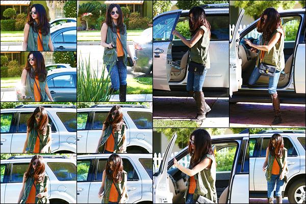 09/04/13 - Sel Gomez a été photographiée près de  Calabasas, une municipalité américaine de  Los Angeles  ! Je ne trouve pas la  tenue  de Selena si belle que ça, je lui accorde donc un petit  bof. Et vous, qu'en pensez-vous ? Plutôt un top ou  alors un flop ?[/alig fen]