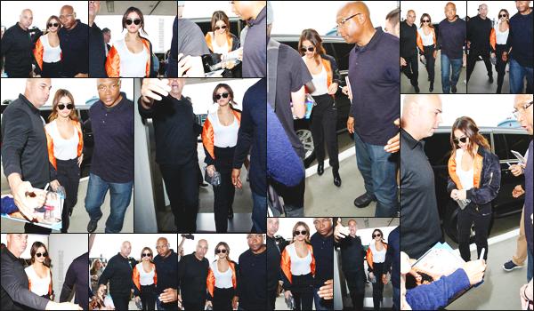 07.04.16 ─ Sel' a été photographiée en arrivant à l'aéroport «  LAX » qui se situe dans la ville de  Los Angeles.[/s#00000ize]Un fan aurait aperçu Selena et Vanessa Hudgens dans le même avion, les deux amies auraient-elles pris un vol ensemble vers Miami ? A confirmer !  [/alig fen]