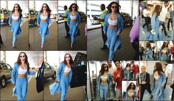 09.04.16 ─ Selena  a été aperçue en arrivant à l'aéroport national de Miami afin de rentrer à Los Angeles, CA.[/s#00000ize]Miss Gomez a profité de ce séjour à Miami pour passer du temps avec son amie Vanessa Hudgens puisque cette dernière a posté un snap avec elle ![/alig fen]