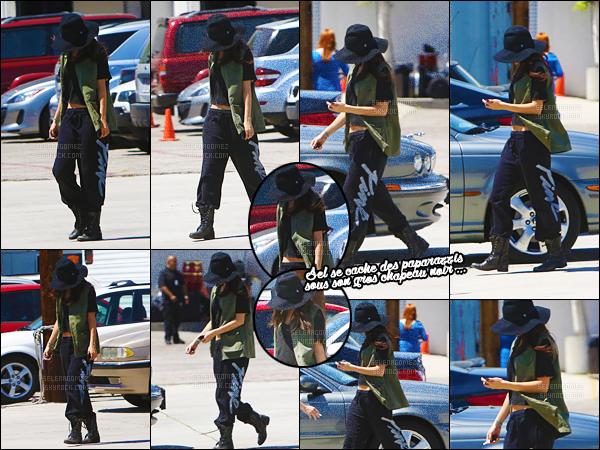 11/04/13 - A nouveau, Sel Gomez a été repérée arrivant dans un studio d'enregistrement situé près de L-A ! Même tenue que la veille et encore une fois, Gomez n'a pas du tout l'air d'avoir envie de montrer sa moue aux paparazzis. Top pour la tenue ?! [/alig fen]
