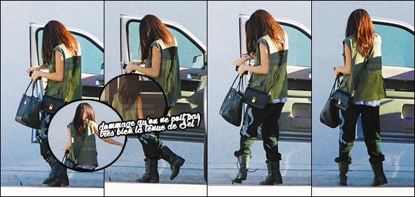 10/04/13 - Selly' Gomez a été aperçue arrivant dans un studio d'enregistrement, situé près de Los Angeles ! Malheureusement aucune photo de face pour cette sortie... La tenue semble pas mal excepté le bas que je n'apprécie pas plus que ça. T'aimes ?[/alig fen]