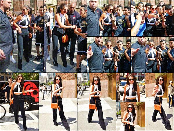 22/06/15 - Encore et toujours en promo', Selena a été vue arrivant dans les locaux de la radio iHeartRadio ! Plus tard, Selly a été repérée dans la même tenue alors qu'elle se trouvait près du quartier Times Square ! Une journée vraiment très chargée.  [/alig fen]