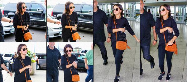 23/06/15 - Fin du court voyage ! Selena Gomez  a été vue arrivant à l'aéroport JFK qui se trouve à New-York. Gomez a reporté le fameux sac marron qui l'a suivi durant tout son séjour à N-Y. La tenue est plutôt décontractée parfaite pour prendre un vol ![/alig fen]