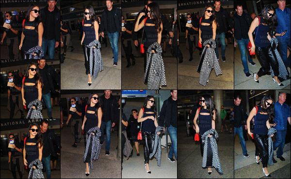 29/09/15 - Selena G. a été vue en arrivant à l'aéroport « LAX » qui se situe dans la ville de Los Angeles.Selly' ne sera donc pas présente à la Fashion Week de Paris. Après des journées bien remplies, la starlette semble vouloir se reposer un peu ! [/alig fen]
