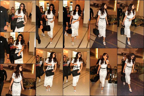 09/10/15 - Miss Gomez a été vue à l'aéroport « LAX », allant de Los Angeles vers la ville de New-York ! Selly a été accueillie par une foule de pap's dès son arrivée à l'aéroport ! La tenue reste à la fois simple et aussi chic, un très joli top. Tu aimes ?![/alig fen]