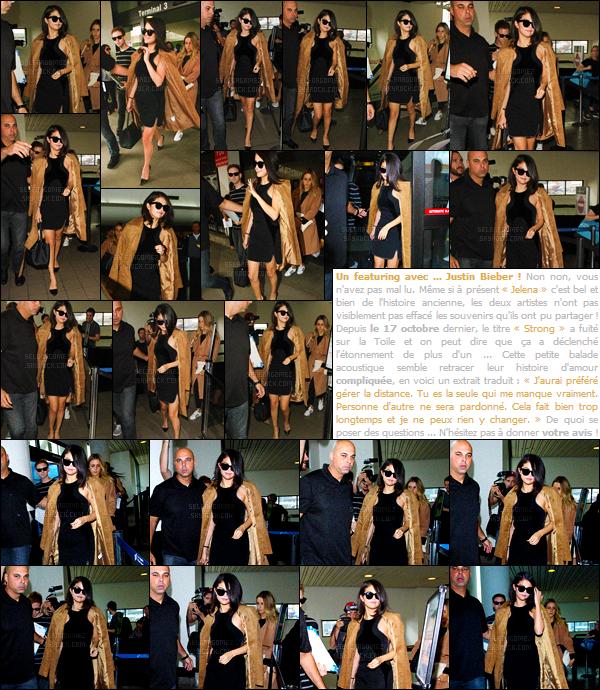 15/10/15 - S. Gomez a été repérée arrivant à l'aéroport « LAX » de retour dans la ville de Los Angeles ! Fin du séjour à New-York. Côté tenue, Sel' a opté pour une robe noire basique assortie à des chaussures à talons de la même couleur, top ?![/alig fen]