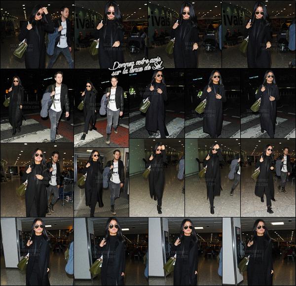 12/11/15 - Miss Gomez a été vue arrivant à l'aéroport de « Londres Heathrow  », se situant à Londres. Après un passage à New-York, voilà que la starlette débarque maintenant dans la capitale du Royaume-Uni ! Un look total black, tu aimes ? [/alig fen]